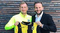 Tomáš Hájek s dresem nizozemského Vitesse Arnhem, vpravo manažer Jakub Otava.