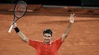 Takto se v neděli ráno radoval Roger Federer z postupu do osmifinále French Open. Další výhru už nepřidá, z pařížského turnaje se odhlásil.