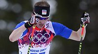 Lukáš Bauer na trati olympijského závodu v běhu na 15 km klasicky.