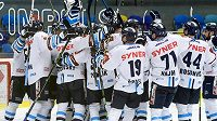 Hokejisté Liberce slaví vyhrané utkání a postup do semifinále.