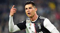 Útočník Juventusu Cristiano Ronaldo se raduje ze své trefy do sítě Bologni.