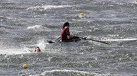 Obrovské vlny zaviněné silným větrem ovlivnily nedělní veslařský program v Riu.