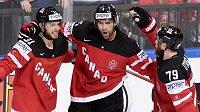 Hokejisté Kanady (zleva) Tyler Seguin, Aaron Ekblad a Ryan O'Reilly oslavují gól během utkání se Švédskem.