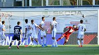 Mirzad Mehanovič střílí vedoucí gól Ordabasy Šymkent v utkání 2. předkola Evropské ligy na hřišti Mladé Boleslavi.