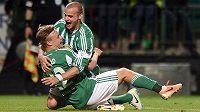 Fotbalisté Bohemians Petr Nerad (vlevo) a Lukáš Pauschek oslavují třetí gól v síti Dukly.