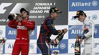 Sebastian Vettel kropí Kamuiho Kobajašiho šampaňským. Felipe Massa si drahý mok raději vypil.