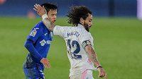 Marcelo (vpravo) z Realu Madrid a Take Kubo z Getafe.
