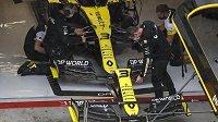 Mechanici Renaultu pracují na voze australského pilota Daniela Ricciarda.