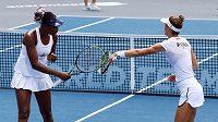 Venus Williamsová (vlevo) a Bernarda Peraová při jednom z exhibičních turnajů v USA