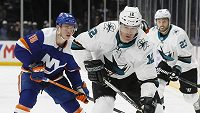 Patrick Marleau (12) v dresu San Jose Sharks při únorovém zápase s New York Islanders.