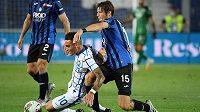 Marten de Roon (10) z Bergama a Lautaro Martinez z Interu Milán.