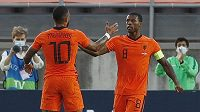 Georginio Wijnaldum (vpravo) oslavuje gól v nizozemské reprezentaci při přípravě se Skotskem se spoluhráčem Memphisem Depayem.