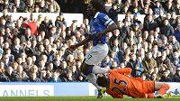 Romelu Lukaku z Evertonu v nezaviněné srážce s hlavou brankáře Huga Llorise.