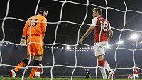 Brankář Arsenalu Petr Čech v diskuzi s Nacho Monrealem poté, co španělský obránce odkopl míč z brankové čáry.