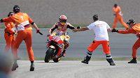 Španělský motocyklista Marc Márquez oslavuje se členy týmu Honda své vítězství ve Velké ceně Německa.