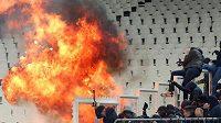 U sektoru Ajaxu vybouchla benzinová bomba. Fanoušci utíkají pryč.