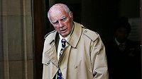 Bývalý tenista Bob Hewitt odchází ze soudní budovy.