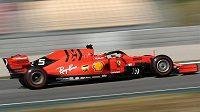 Pilot Ferrari Sebastian Vettel během pátečních testů.