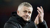 Trenér Manchesteru United Ole Gunnar Solskjaer tleská fanouškům na Old Trafford po závěrečném hvizdu utkání Premier League s Aston Villou.