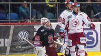 Semifinále play off hokejové extraligy mezi Hradcem Králové a HC Oceláři Třinec. Zleva brankář Hradce Patrik Rybár, David Cienciala a Jiří Polanský z Třince.