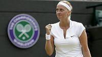 Vítězné gesto Petry Kvitové ve Wimbledonu.