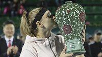 Karolína Muchová a její první velká trofej.
