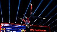 Sportovní gymnastka v netradičním soutěžním úboru. Němka Sarah Vossová vystoupila na ME v oblečení s nohavicemi.