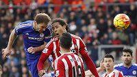 Obránce Chelsea Branislav Ivanovič (vlevo) střílí rozhodující branku v duelu se Southamptonem.