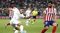 Felipe (vpravo) z Atlética Madrid a Mariano Diaz z Realu Madrid. Ilustrační foto.