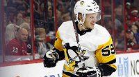 Jake Guentzel se raduje z gólu v utkání NHL proti Carolině.