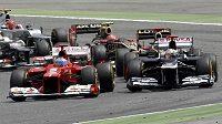 Fernando Alonso z Ferrari (vlevo) předjíždí Pastora Maldonada z Williamsu.