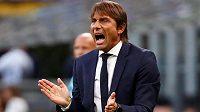 Antonio Conte diriguje svůj tým v zápase proti pražské Slavii