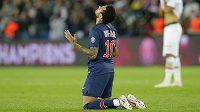 Brazilec Neymar padl po závěrečném hvizdu na kolena, pak slavil s PSG další titul ve francouzské lize.