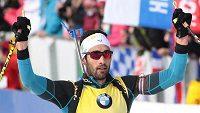 Francouz Martin Fourcade triumfuje v cíli závodu v Oslu.