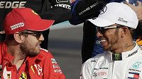 Sebastian Vettel (vlevo) a Lewis Hamilton, ostře sledovaná dvojice...