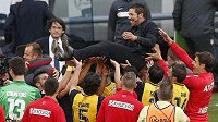 Trenér Diego Pablo Simeone létá nad hlavami nových španělských mistrů...
