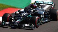 Úvodní trénink na Velkou cenu k 70. výročí formule 1 vyhrál Valtteri Bottas z Mercedesu