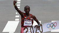 Keňský favorit Eliud Kipchoge probíhá vítězně cílem olympijského maratonu v Sapporu.