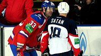 Slovenští hokejisté Zdeno Chára a Miroslav Šatan během společného působení v KHL.