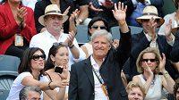 Jan Kodeš zdraví diváky na Roland Garros