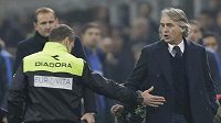 Kouč Interu Roberto Mancini (vpravo) poté, co byl vykázán na tribunu v utkání s AC Milán.