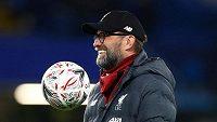 Trenér Liverpoolu Jürgen Klopp sleduje hráče během rozcvičení před osmifinálovým duelem FA Cupu proti Chelsea.