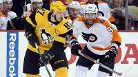 Hvězda Pittsburghu Penguins Sidney Crosby se snaží uniknout českému útočníkovi Philadelphie Jakubu Voráčkovi v utkání NHL.