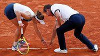 Barbora Krejčíková v diskusi s umpirovým rozhodčím v klíčovém okamžiku semifinálové bitvy na French Open.