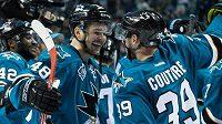 Hokejisté San Jose Tomáš Hertl (vlevo) a Logan Couture se radují z postupu do finále play off NHL.