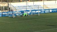 Španělský gólman Carlos Torres vstřelil gól, okamžik poté ale kvůli chybě lovil míč z vlastní sítě.