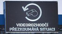 """Světelná tabule s nápisem """"Videorozhodčí přezkoumává situaci"""". Sparta si v Plzni penaltu nevyhádala..."""