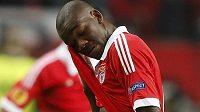 Ola John z Benfiky smutní po prohře ve finále Evropské ligy s Chelsea.