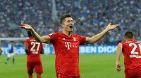 Útočník Bayernu Mnichov Robert Lewandowski oslavuje hattrick v zápase 2. kola bundesligy proti Schalke 04