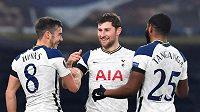 Spoluhráči Ben Davies a Japhet Tanganga (vpravo) slaví s fotbalistou Tottenhamu Hotspur Harrym Winksem (vlevo) jeho šťastný gól v utkání Evropské ligy proti Razgradu.